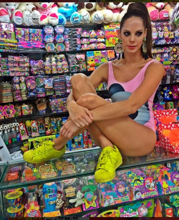 Emojiland - mercedes salazar - palo rosa beachwear - aretes grandes bogotá - danielastyling 2